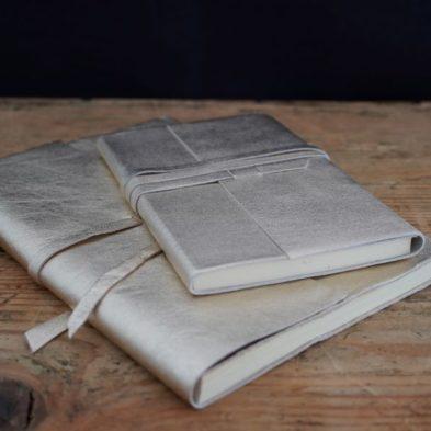 Notizbuch mit Ledereinband in Gold