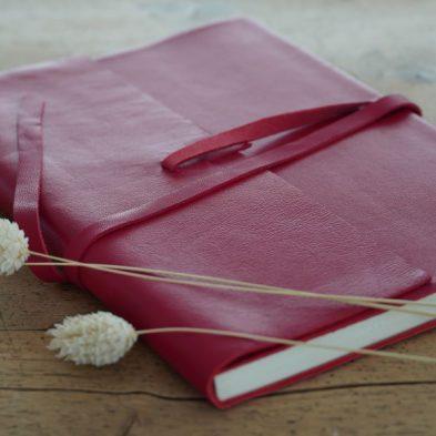 Notizbuch mit Ledereinband in rot
